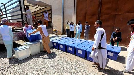Äänestyslippuja sisältäviä laatikoita lastataan Afganistanissa.