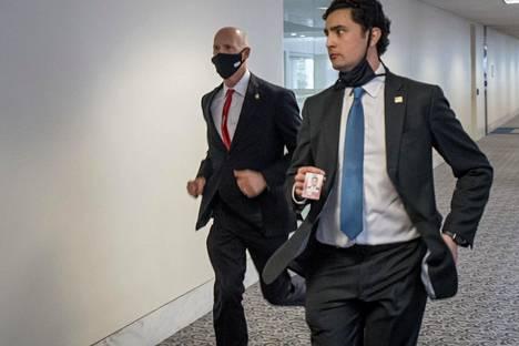 Senaattori Rick Scott (vas.) pakeni avustajansa kanssa juosten.
