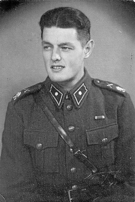 Ola Olin Suomen armeijan jalkaväen vänrikkinä vuonna 1940. Hän osallistui talvisotaan 21-vuotiaana.