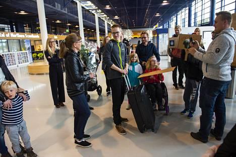 Taavitsaisen perhe oli lentoasemalla vastassa tuoretta maailmanmestaria