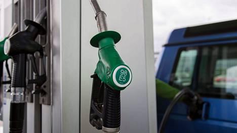 Autoilijaa kesälomakauden polttoainekustannukset voivat tänä kesänä hirvittää.