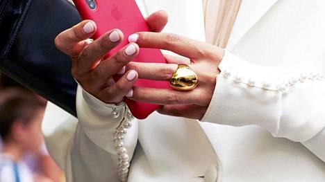 Yksi näyttävä sormus voi olla asun tärkein elementti. Katutyyliä muotiviikoilta.