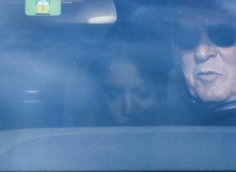 Paparazzit kuvasivat Jaggerin huhutun naisystävän tänään maanantaina Sveitsissä auton takapenkillä.