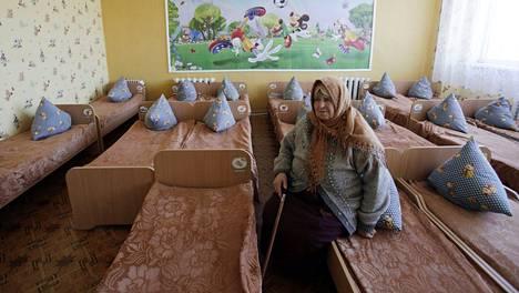 Iäkäs nainen haki turvaa paikallisesta päiväkodista Luhanskin alueella sijaitsevassa Popasnan kylässä sen jälkeen, kun hänen kotinsa oli tuhoutunut eilen kranaattitulessa.