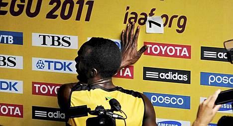 Usain Bolt iski numerolappunsa suoraan IAAF-logon päälle. Aftonbladet arvelee sen olleen suora protesti liittoa kohtaan.