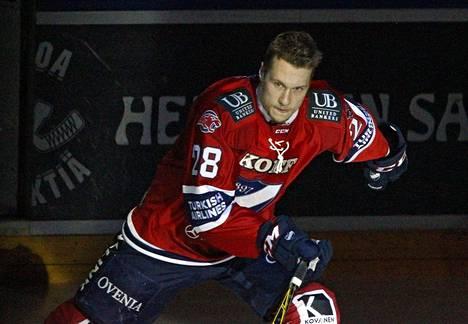 Jasse Ikonen kunnioittaa pientä kaimaansa harvinaisella eleellä illan ottelussa.