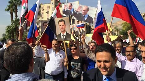 Ihmisiä kokoontui runsaasti osoittamaan tukeaan Venäjän ilmaiskuille.