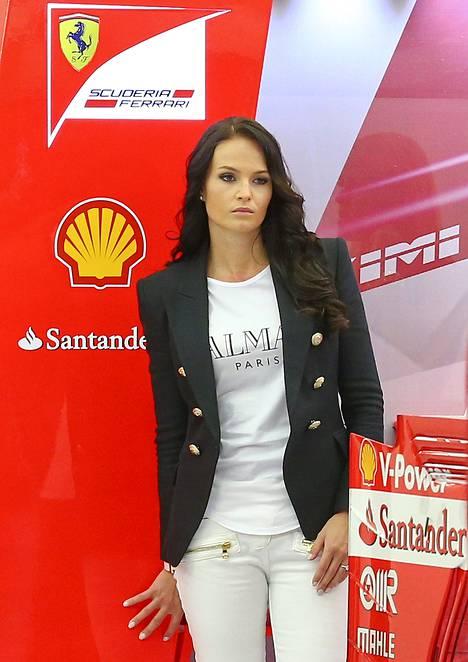 Minttu Virtanen suosi Bahrainin F1-osakilpailussa ranskalaismerkki Balmainin vaatteita.