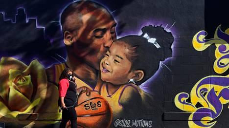 Kobe ja Gianna Bryantin muistoa kunnioittava seinämaalaus Los Angelesissa.