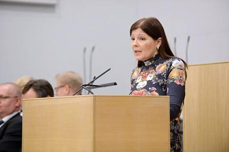 Sari Sarkomaa (kok.) nosti lauantaina esiin, että perhevapaauudistus pitää käynnistää maanantaina alkavassa hallituksen puoliväliriihessä.