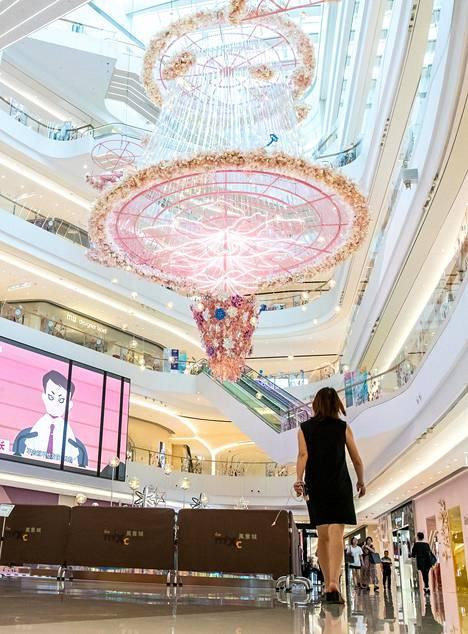 Kiinaa kuvataan kulissien maaksi. Ylellinen Mixx-kauppakeskus Shanghaissa. Kirjan kuvitusta.