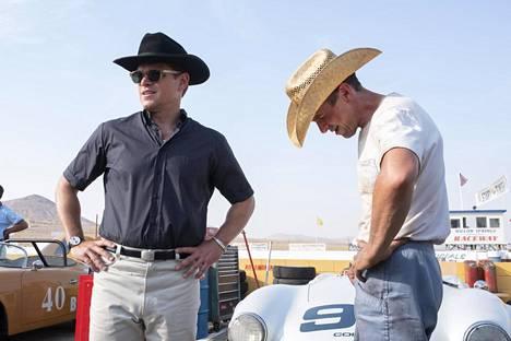 Oscar-voittajat Matt Damon ja Christian Bale ovat eri mieltä siitä, millaisella autolla tulisi ajaa. Damon ylistää Teslaansa ja Bale haluaa ajaa bensalla kulkevalla avolava-autollaan.