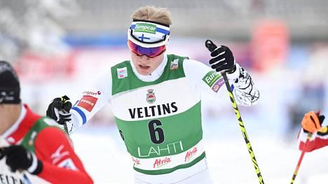Leevi Mutru pystyi pitämään itsensä kymppisakissa myös hiihto-osuudella. Hän lähti ladulle kuudennelta sijalta.
