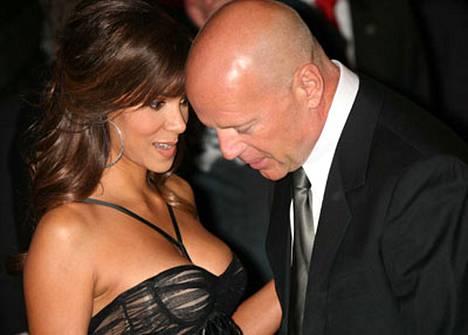 Mitkäs ne sieltä näkyy! Bruce Willis ei saanut silmiään irti Halle Berryn rinnoista.