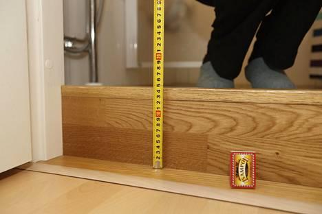 Kylpyhuoneen kynnykselle tuli remontin jälkeen korkeutta lähes 16 senttimetriä.
