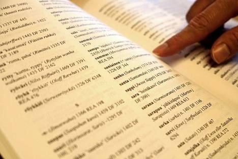 Moni kasvin nimi on säilynyt suomen kielessä ainakin keskiajalta ellei pidemmältäkin. Sanakirjassa kunkin sanan perään on merkitty vuosi, jolloin sitä on käytetty asiakirjassa. Esimerkiksi saniaista on käytetty keskiaikaisessa asiakirjassa vuonna 1326.