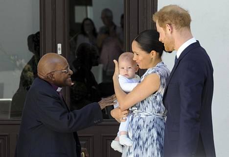 Herttuapari tapasi arkkipiispa Desmond Tutun ja esittelivät Archien ensimmäistä kertaa synnytyksen jälkeen julkisuudessa.
