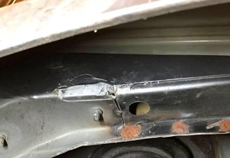 Muutamalla hitsauspisteellä kiinnitetty runkopalkki ei kuulu Mercedes-Benzin vakiovarusteisiin, vaan kyse on kolarin aiheuttamista korjauksista.