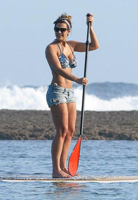 Näyttelijä-malli Gemma Atkinson harrasti suppailua Balilla.