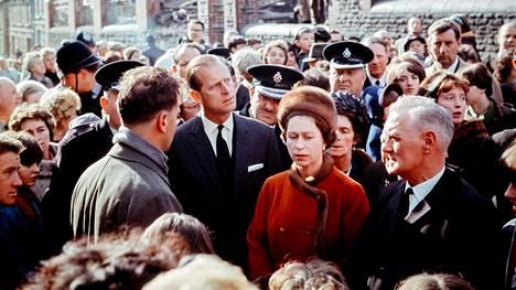 Kuningatar Elisabet II vierailulla Aberfanin kaivoskylässä hirvittävän onnettomuuden jälkeen 1966.