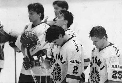 Selänne (kolmas oikealta) pelasi ensimmäistä kertaa miesten MM-kisoissa 1991. Suomi jäi viidenneksi. Etualalla Raimo Summanen (25) ja Teppo Numminen (2). Takana Pekka Tirkkonen ja Jari Kurri.