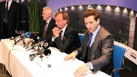 Jokerien toimitusjohtaja Hjallis Harkimo (kesk.) sekä Roman Rotenberg (oik.) olivat keskipisteessä, kun Jokeri-uutinen kerrottiin maailmalle.