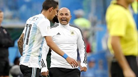 Jorge Sampaoli (kesk.) jättää Argentiinan maajoukkueen.