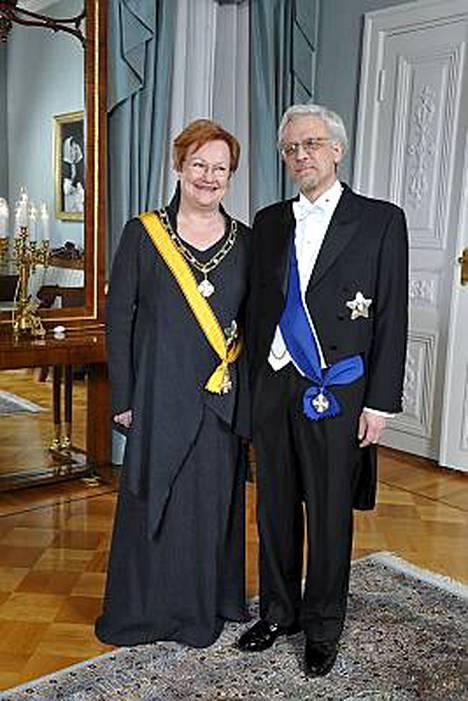 Tasavallan presidentti Tarja Halosen puku on Taideteollisen korkeakoulun opiskelijoiden suunnittelema.