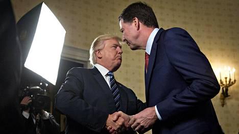 Donald Trump ja James Comey kättelivät Valkoisessa talossa 22. tammikuuta 2017.
