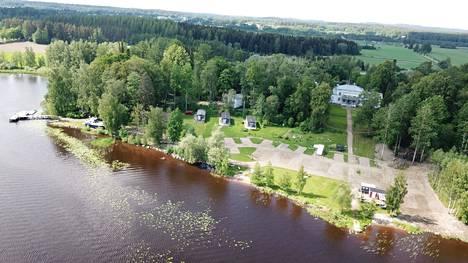 Hämeenlinnan keskustan tuntumassa Vanajaveden rannalla oleva Kirstulan Kartano Camping on yksi ensimmäisistä BestCamp-leirintäalueista.