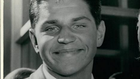 John Konrads hymyili leveästi palattuaan Australiaan Roomasta kolmen olympiamitalin kanssa vuonna 1960.