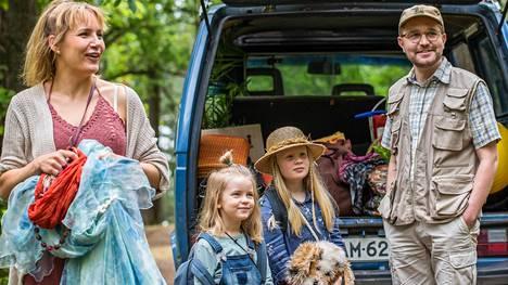 Kattilakosket: Hanna-äiti (Niina Lahtinen), Vilttitossu (Ella Kangas), Heinähattu (Emily Shipway) ja Matti-isä (Joonas Nordman).