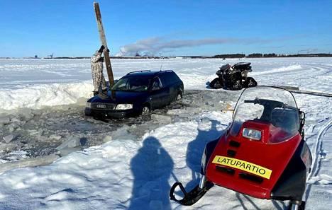 Audi pääsi jäätä pitkin noin kilometrin verran ennen sohjoon juuttumista.