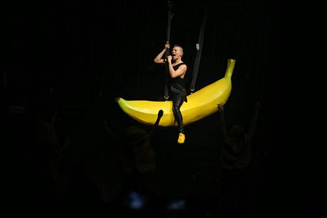 Peto on irti! Tuisku ratsasti jättimäisellä banaanilla Hartwall Arenan keikallaan 2016.