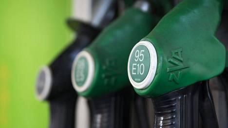 Kalliimpi polttoaine vähentäisi ajosuoritteita. Korotusten pitäisi kuitenkin olla roimia, jotta ne todella tehoaisivat, sanoo Traficomin tutkimusdata.