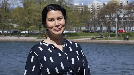 Kansanedustaja Emma Kari kuvattiin toukokuussa Helsingin Tokoinrannassa.