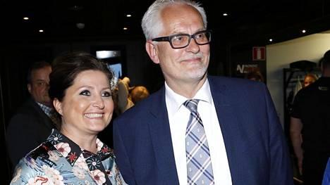 Sari Helin saapuu Linnan yhdessä puolisonsa, europarlamentaarikko Petri Sarvamaan kanssa.