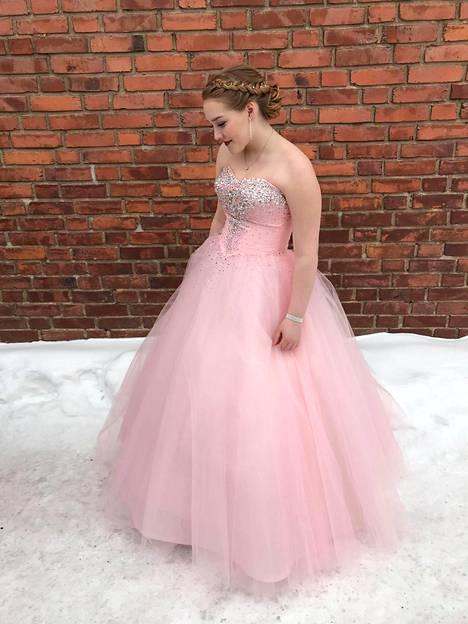 Hempeän vaaleanpunaisen mekon muhkea tyllihelma ja timanttinen koristelu saivat Enni-Sofia Raitasen ihastumaan siihen heti.