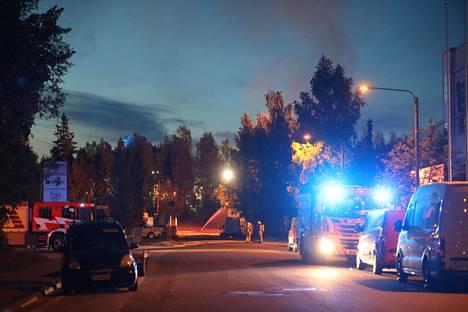 Paikalla oli runsaasti pelastuslaitoksen yksiköitä yöllä.