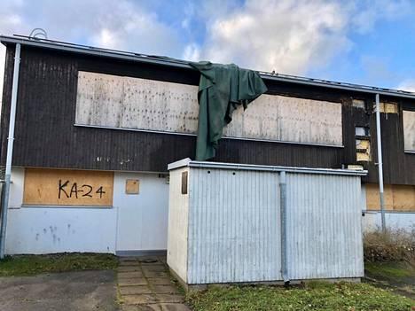 Aarnivalkean koulun opettaja-asuntola vaurioitui tulipalossa vuonna 2017. Kattoa on palon jälkeen paikattu suojapeitteellä.