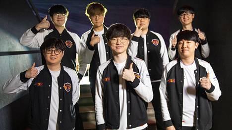 """T1 on tällä hetkellä erikoisen sotkun keskellä. Kuvan eturivissä keskellä joukkueen tähtipelaaja Lee """"Faker"""" Sang-hyeok, jolta useat ovat toivoneet kommentteja pahimpien fanien toimintaan."""
