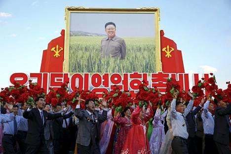 Pohjois-Korean 25 miljoonalle kansalaiselle jaetaan propagandaa, jossa johtajat saavat erilaisia myyttisiä ominaisuuksia.