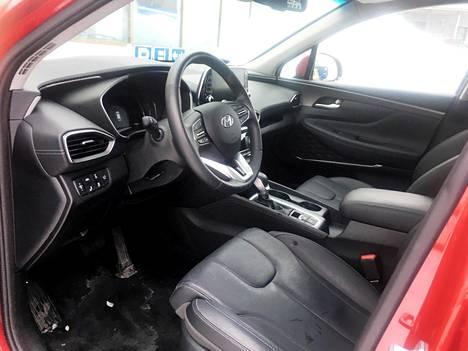 Kuljettajan konttoriin tulee Premium-varustetasossa miellyttävät nahkaistuimet, jotka saa halutessaan sekä lämpiämään että viilenemään.