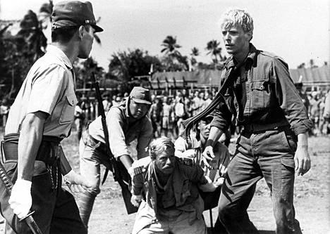 David Bowie (oik.) esitti Nagisa Oshiman ohjaamassa Merry Christmas Mr. Lawrence -elokuvassa japanilaisten sotavankileirille joutuvaa majuri Jack Celliersiä. Oshiman ohella elokuvan käsikirjoitussovituksesta vastasi Paul Mayersberg.