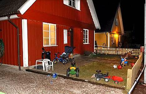 Isän epäillään puukottaneen hengiltä 1- ja 3-vuotiaat lapsensa ja haavoittaneen vakavasti lasten äitiä Ruotsin Arbogassa. Avioparin avioliitto oli kaatunut ja äiti asui talossa uuden miehensä kanssa. Hän löysi uhrit kotiin tullessaan.