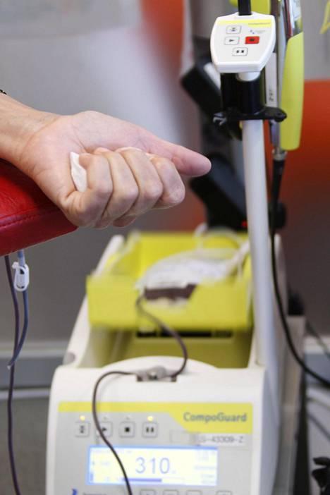 Veripussi liikkuu hyytymisen ehkäisemiseksi. Kun 460 millilitran pussi on täynnä, laite hälyttää sairaanhoitajan paikalle.