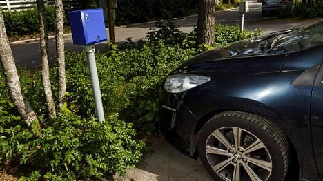 Sähköauton latauspiste pihalla Espoossa. Sähköautojen latauspisteitä on toistaiseksi vain kolmessa prosentissa taloyhtiöistä, mutta niiden ennakoidaan yleistyvän nopeasti.