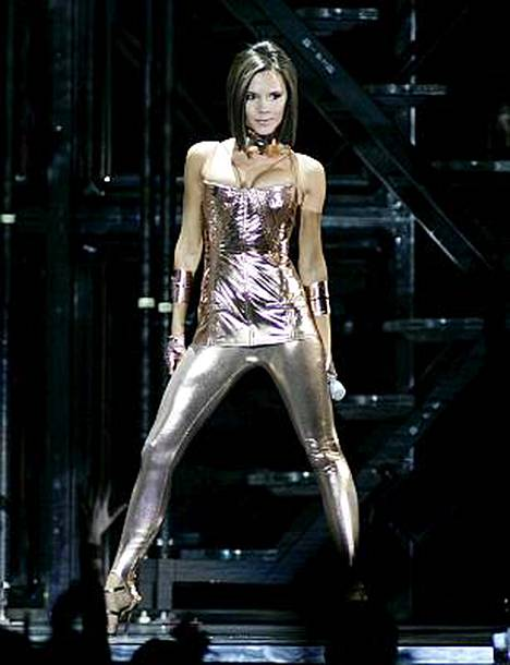 Päivällä paljastavasti pukeutuva Victoria Beckham luopuu vähistäkin öisin.