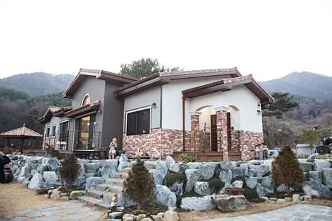 Korealaisessa rakennusperinteessä myös kivi on puun ohella tärkeässä roolissa. Sitä on vuoristojen pirstomassa maassa riittämiin omasta takaa.