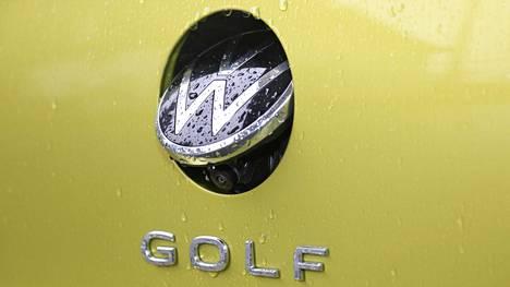 VW-logon takana puhtaana pysyvä kamera jää peruuttamisen jälkeen esille, jos eteenpäin ajetaan vain lyhyt matka. Kun kamera on esillä, niin takaluukkua ei saa auki.